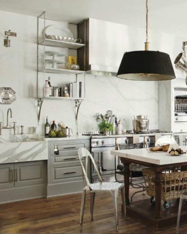 chaises-industrielles-dans-une-cuisine-moderne