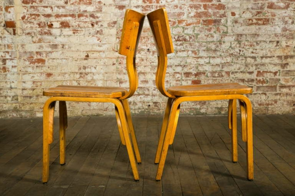 chaises-industrielles-deux-chaises-en-bois