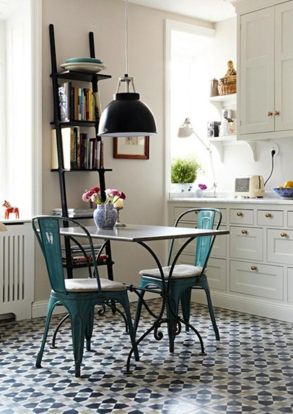 chaises-industrielles-deux-chaises-tolix-dans-une-cuisine