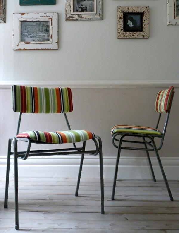 chaises-industrielles-et-coussins-bariolés
