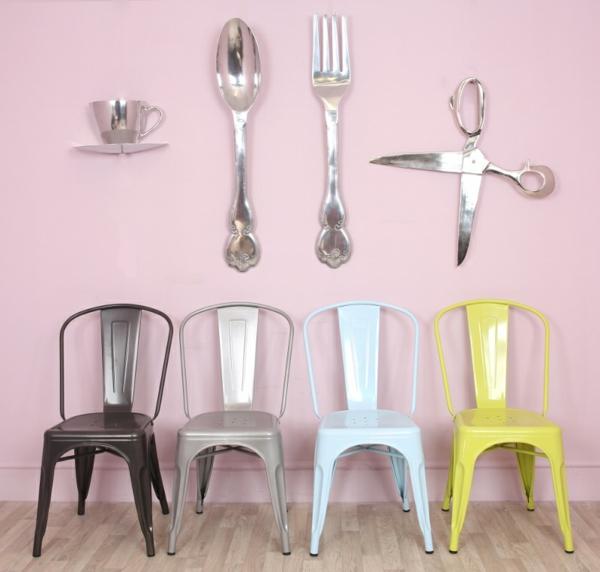 chaises-industrielles-style-industriel-et-déco-murale-originale