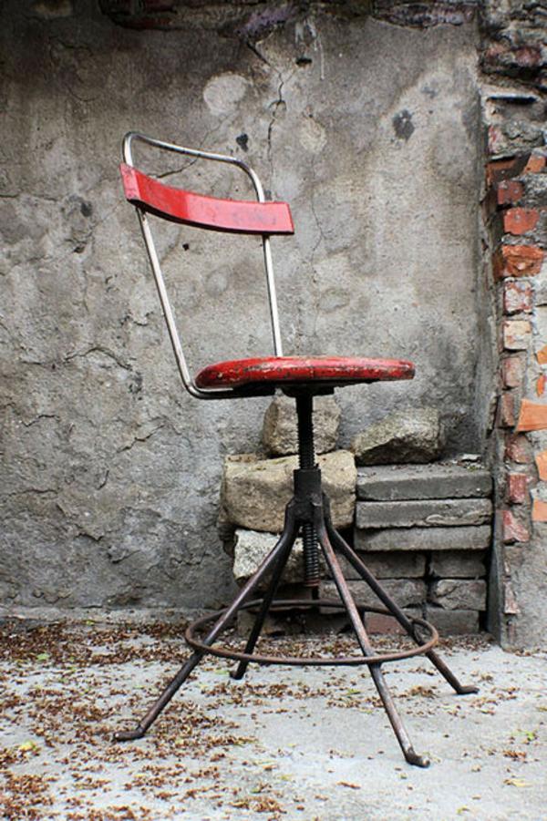 chaises-industrielles-une-jolie-chaise-rouge