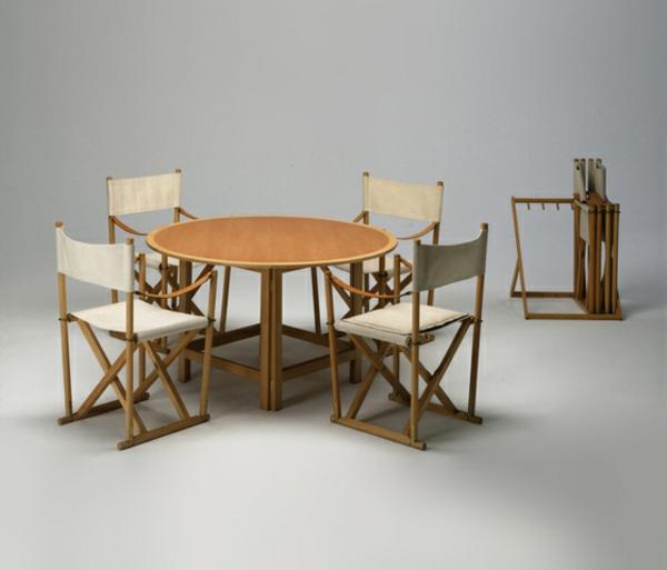 chaises-pliantes-originales-autour-d'une-table-ronde