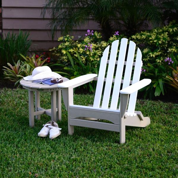 chaises-pliantes-une-chaise-blanche-d'extérieur