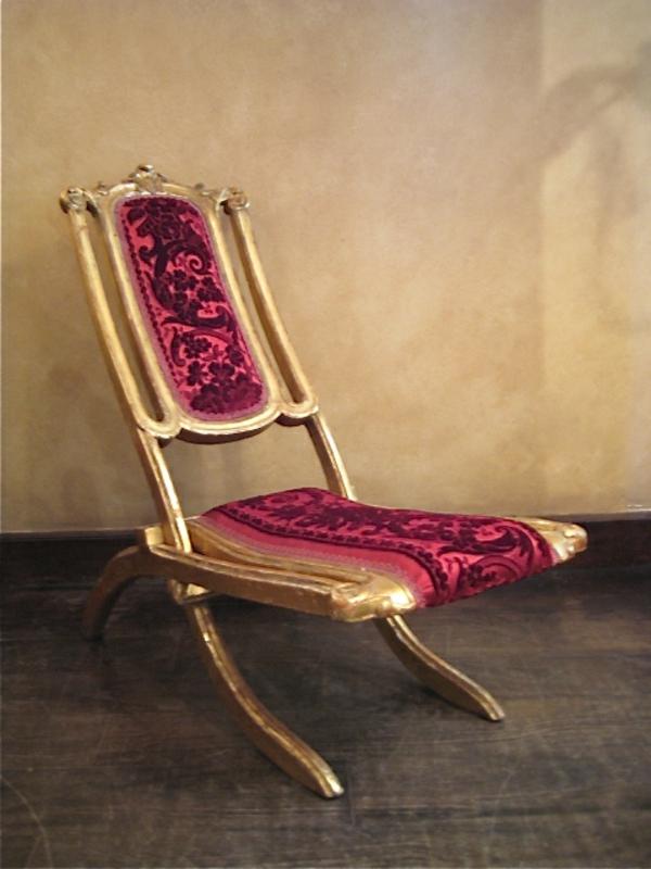 chaises-pliantes-une-chaise-pliante-vintage-pourpre