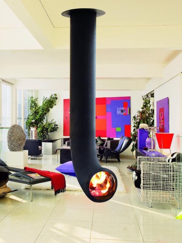 cheminée-suspendue-et-décoration-murale-en-couleurs-vives