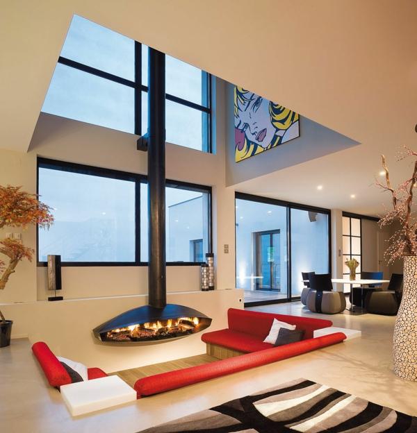 cheminée-suspendue-et-sofas-rouges