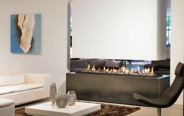 cheminée-suspendue-rectangulaire, sofas en couleur crème