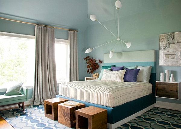 chevet-suspendu-et-un-luminaire-extravagant-blanc-dans-une-chambre-à-coucher