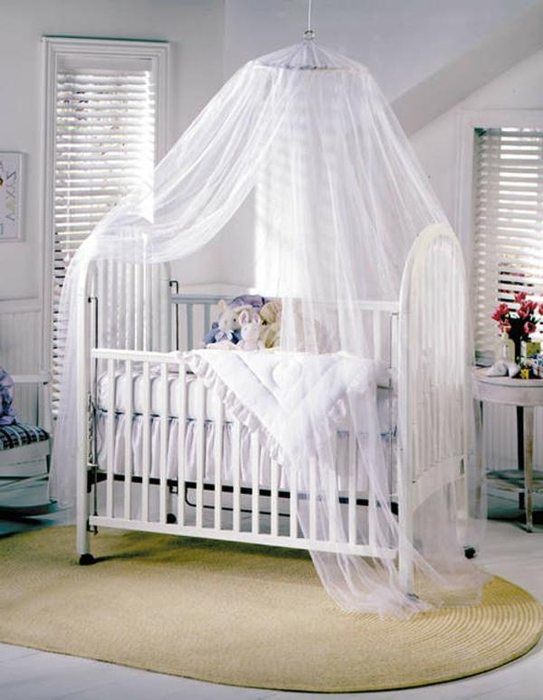 ciel-de-lit-bébé-un-lit-blanc-splendide