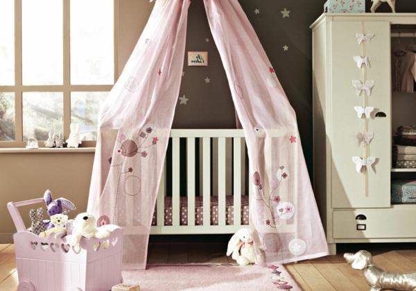 ciel-de-lit-bébé-en-rose-et-un-coffre-à-jouets-mignon