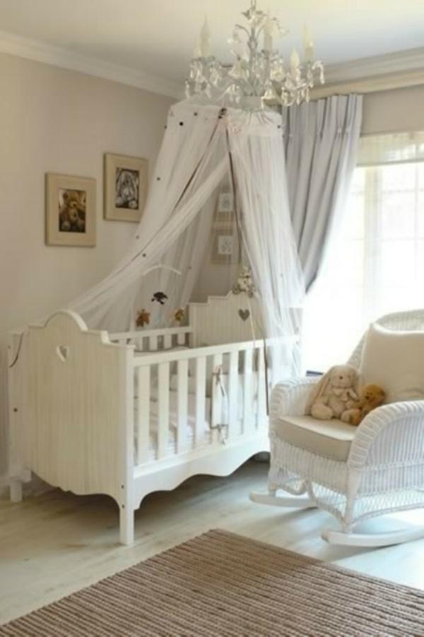 ciel-de-lit-bébé-une-balançoire