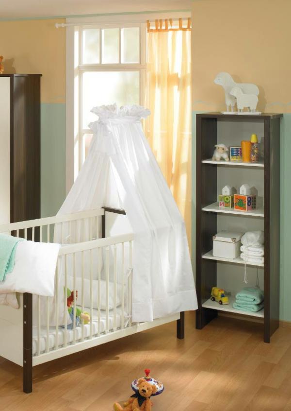 ciel-de-lit-bébé-et-un-meuble-colonne