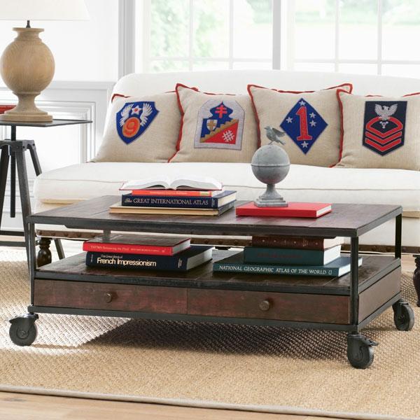 table-basse-industrielle-coussins-décoratifs