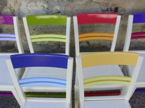 colorés-chaises-finies-