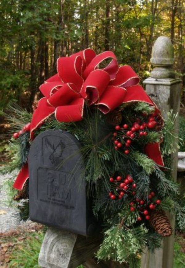 comfy-rustic-outdoor-christmas-decor-ideas-23-resized