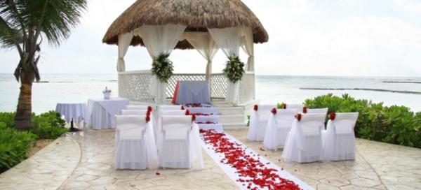 déco-de-mariage-à-l'extérieur-au-bord-de-la-mer