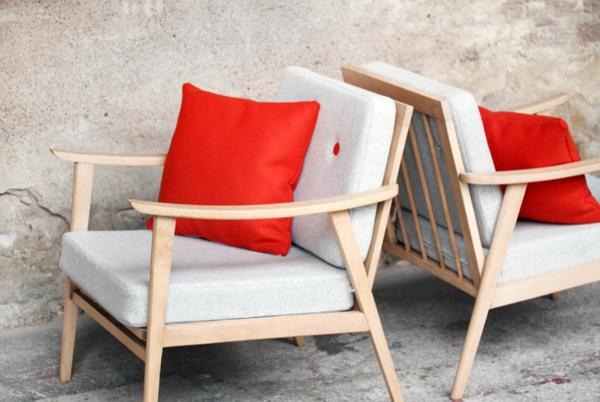 de-fauteuil-en-banc-décrer-avec-des-coussin-rouge-pour-un-look-unique