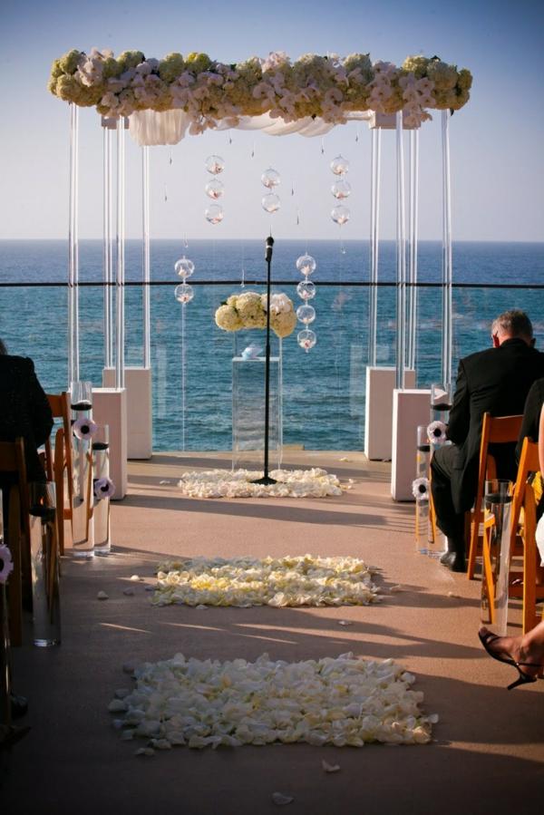 deco-de-mariage-a-lexterieur-au-bord-de-la-mer
