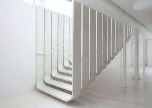 escalier flottant en blanc, design futuristique