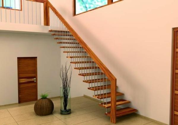 escalier-flottant-en-bois-décoration-moderne