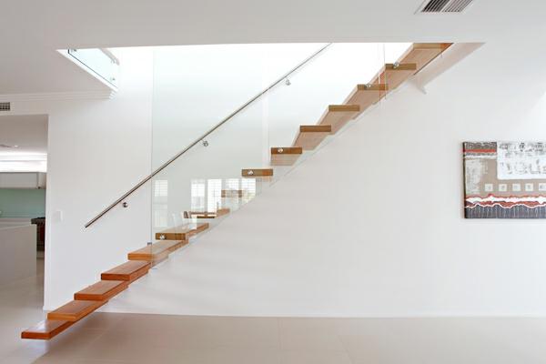 Escalier Bois Et Blanc : escalier flottant, design en bois et verre minimaliste, un mur blanc