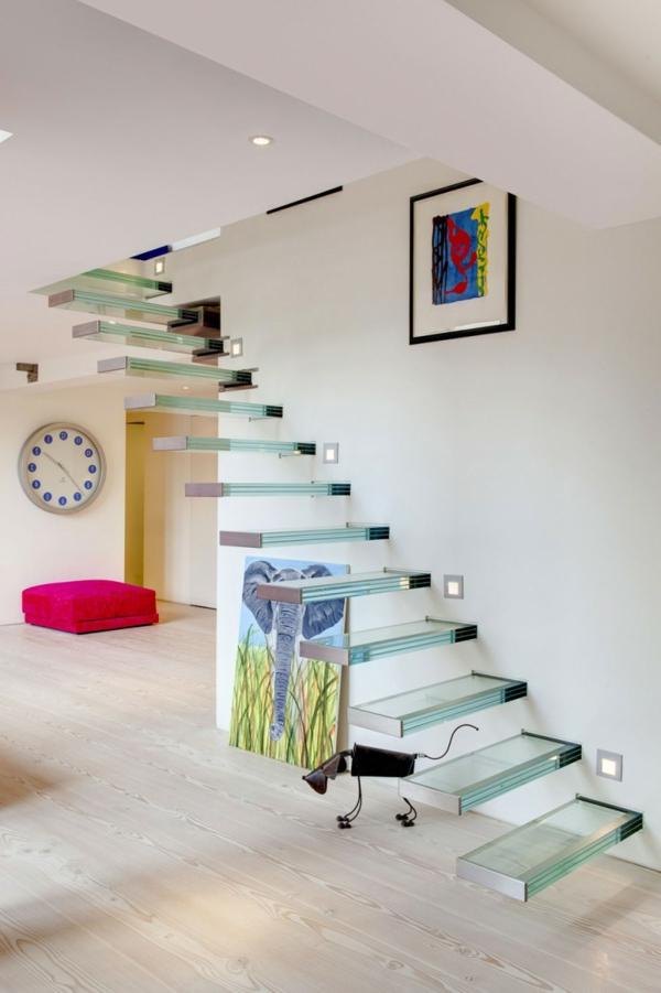 escalier-flottant-en-verre-et-accents-colorés