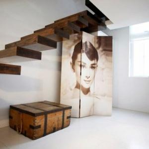 Différents designs d' escalier flottant - une modernité étrange