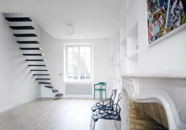 escalier-flottant-et-chaises-contemporaines