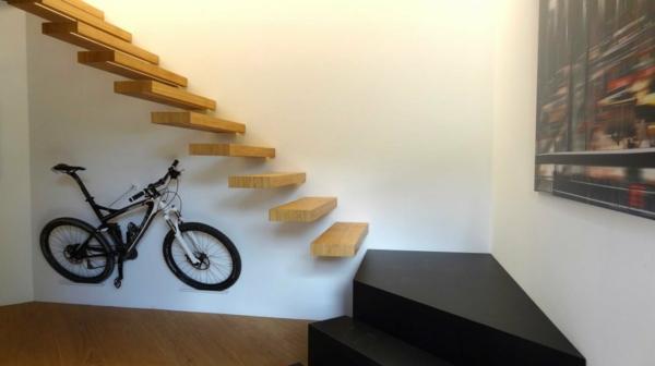 escalier-flottant-et-intérieur-en-noir-et-blanc