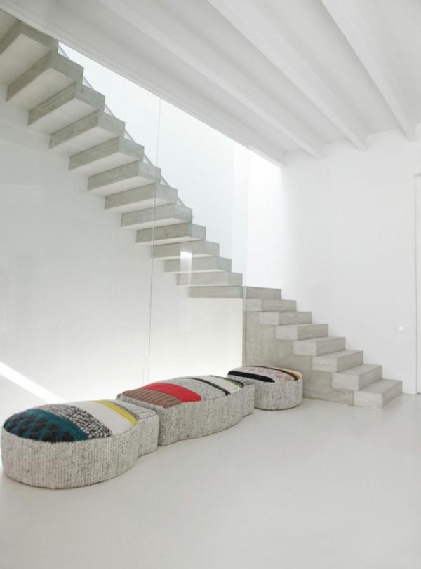 escalier-flottant-et-poufs-intérieur-chic