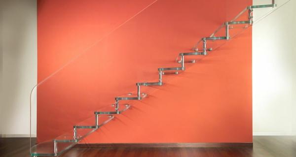 escalier-flottant-près-d'un-mur-rouge
