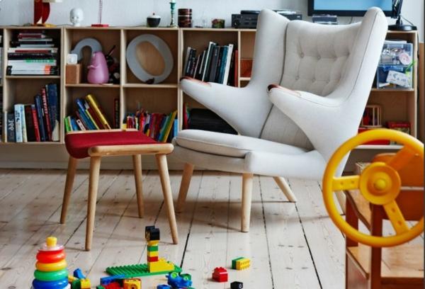 fauteuil-design-scandinave-en-blanc-et-beaucoup-des-jeux