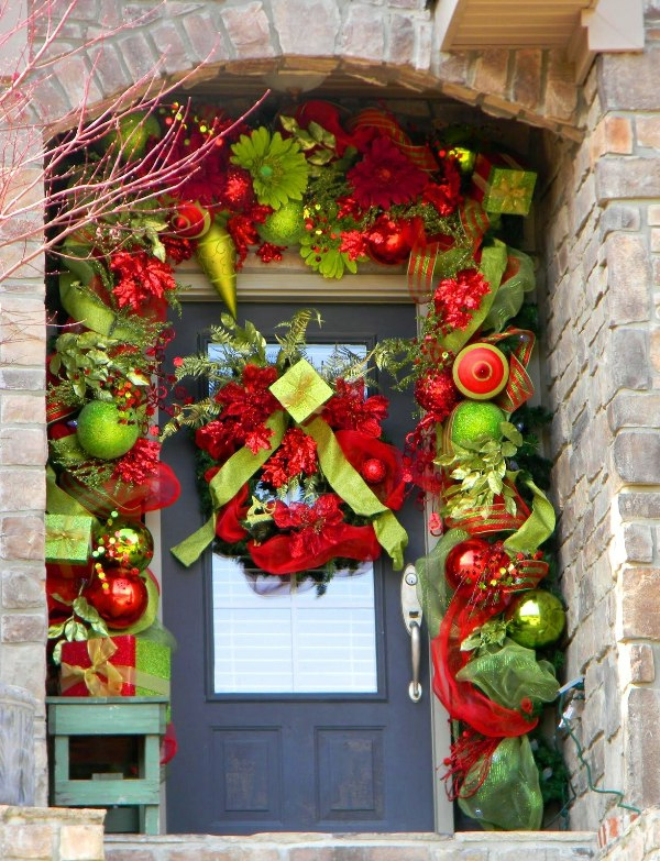 foxy-bright-and-cheerful-christmas-front-door-decor-resized