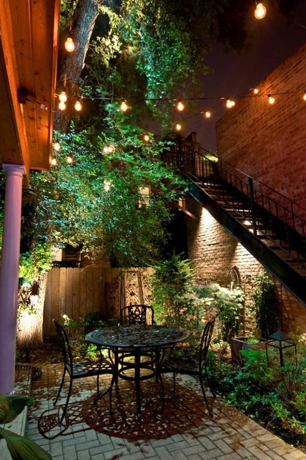 guirlande-lumineuse-d' extérieur-ampoules-électriques-dans-un-jardin