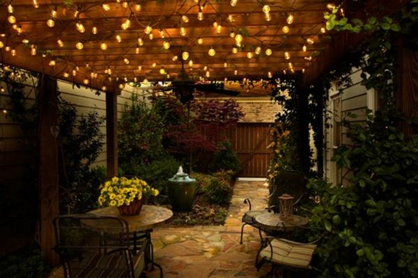 guirlande-lumineuse-d' extérieur-et-une-cour-magnifique