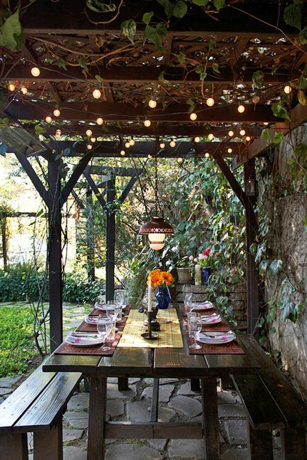 guirlande-lumineuse-d' extérieur-et-une-table-de-déjeuner