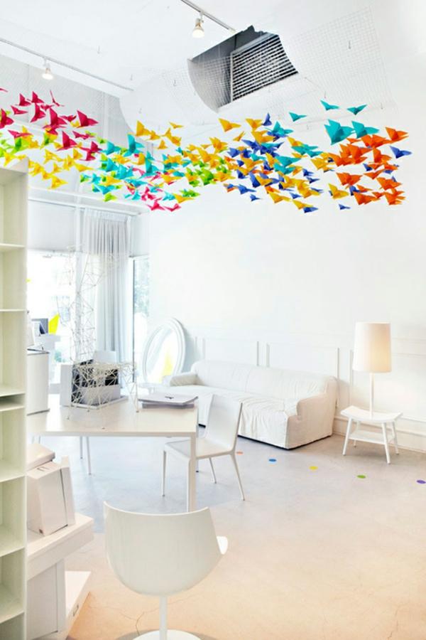 guirlande-origami-intérieur-blanc-et-papillons-en-papier-multicolores