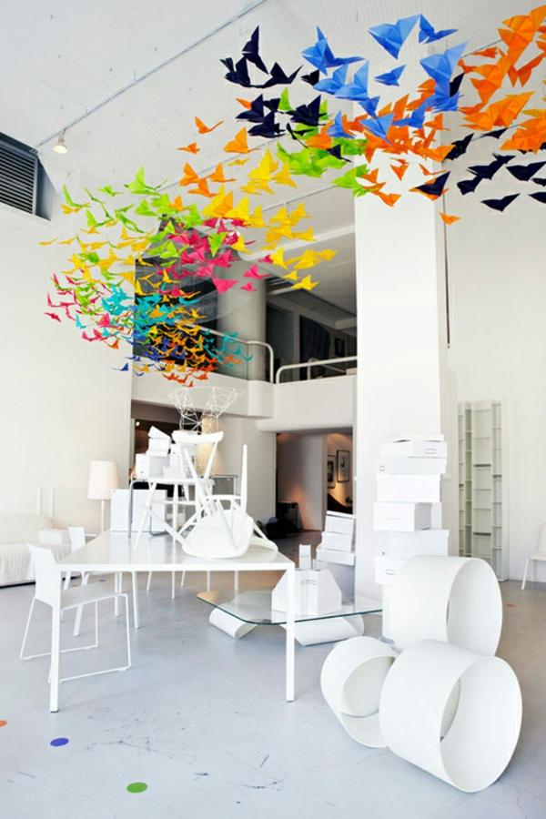 guirlande-origami-papillons-multicolores-et-intérieur-blanc