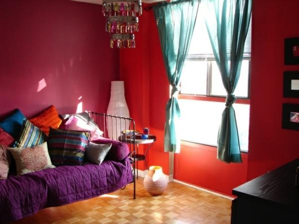 idées-inspirantes-décoration-maison-style-marocain-suspension-rideaux-soie-coussins-bariolés