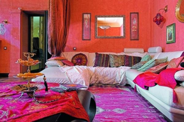 idées-inspirantes-décoration-maison-style-marocain-tapis-laine-coussins-bariolés-miroirs-cadres-bois-sculpté