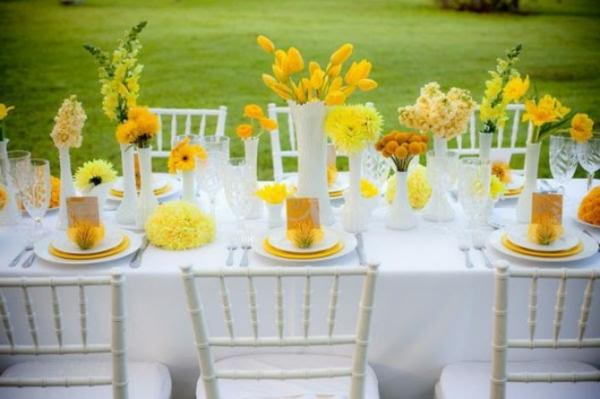 Deco mariage jaune et rouge for Table exterieur jaune