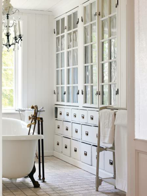 meuble-apothicaire-rangement-de-salle-de-bains-en-blanc