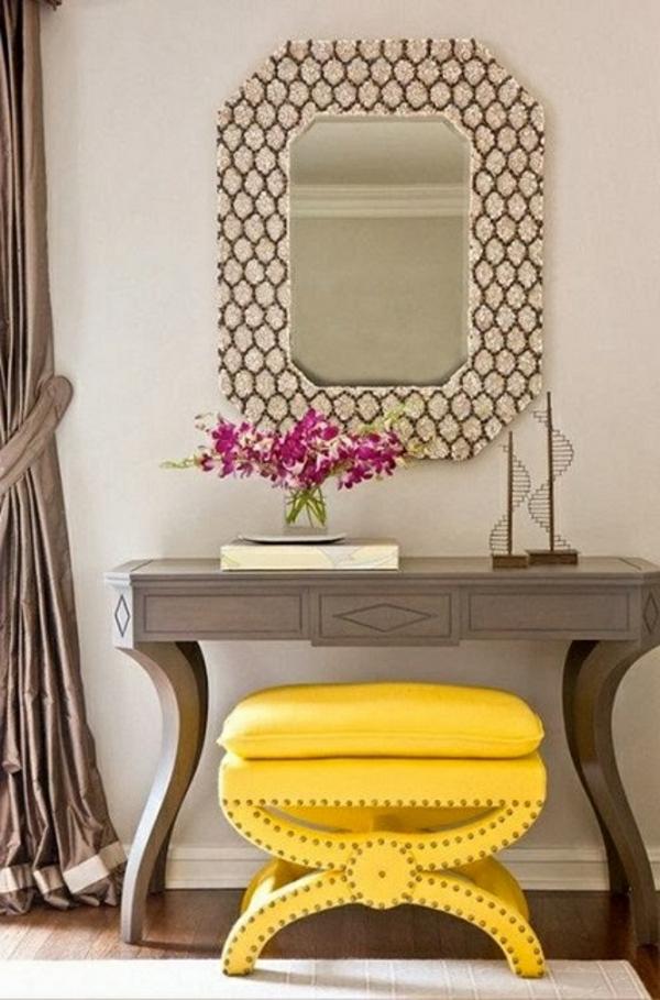meuble-console-d' entrée-et-un-tabouret-jaune