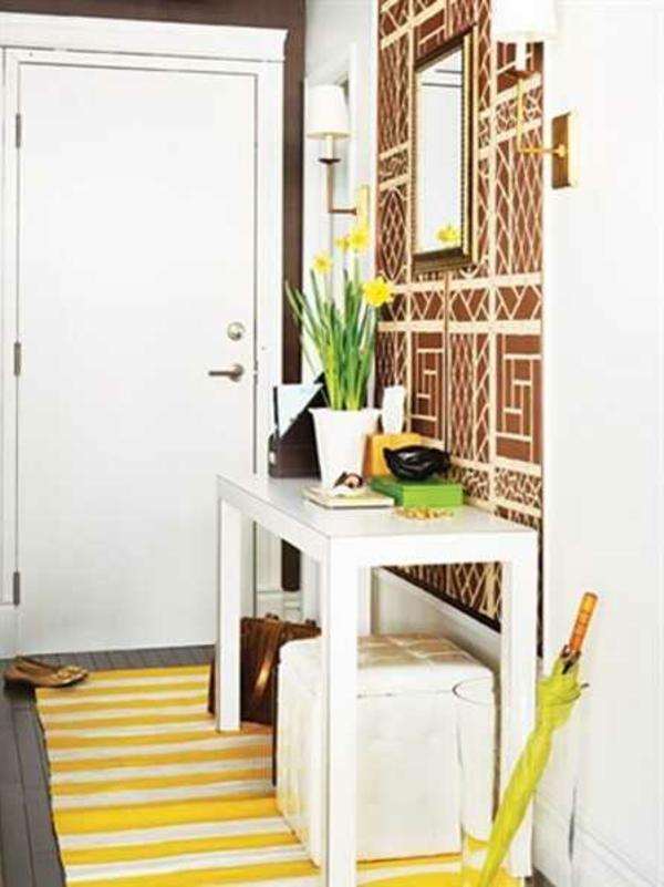 meuble-console-d' entrée-jaune-et-une-carpette-jaune
