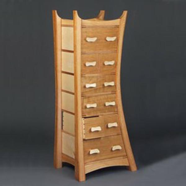 meuble-semainier-en-bois-clair-design-asymétrique-extravagant