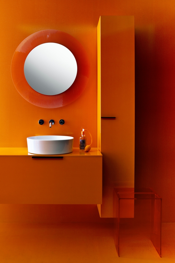 miroir-kartell-dans-une-salle-de-bains-orange