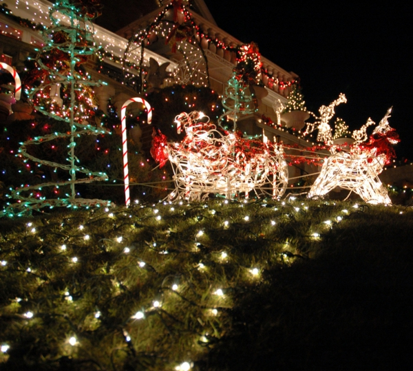 outdoor-christmas-lights-house-decorations-with-net-and-spiral-tree-light-ideas-resized
