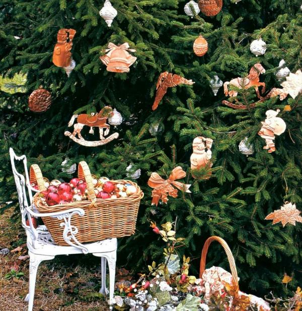 outdoor-christmas-tree-decor-resized