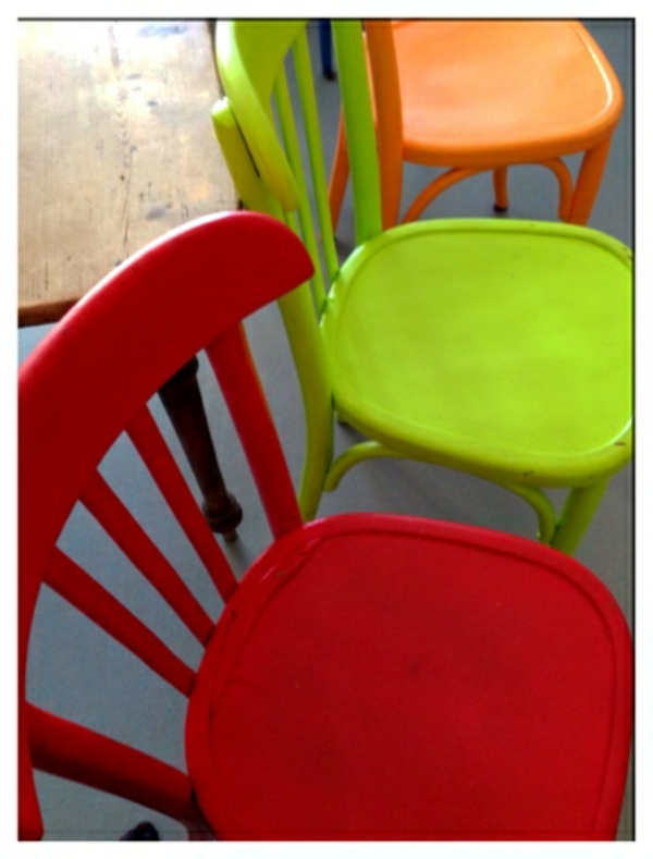 photo-des-chaise-colorés